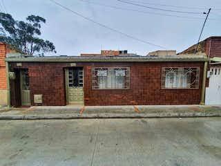 Un edificio de ladrillo con un letrero en la calle en 103507 - venta de excelente Casa