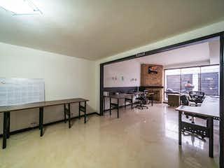 Una sala de estar llena de muebles y una televisión de pantalla plana en 105123 - Casa en barrio Los Andes