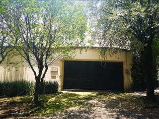 Una casa que tiene un árbol en ella en Preciosa Residencia en lo mas exclusivo de Lomas de Chapultepec