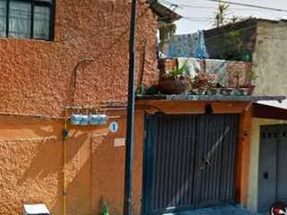 Un edificio con un letrero en la calle en Oportunidad Casa como terreno en Venta