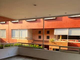 Una vista de un edificio con muchas ventanas en Bella y cómoda casa para tu familia