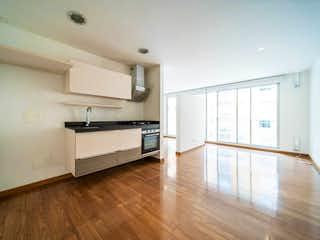 Una cocina con suelos de madera y paredes blancas en Apartaestudio En Arriendo/venta En Bogota Club De Los Lagartos