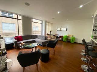 Una sala de estar llena de muebles y una televisión de pantalla plana en Vendo apartamento de 72 metros en Nueva Autopista.Ar