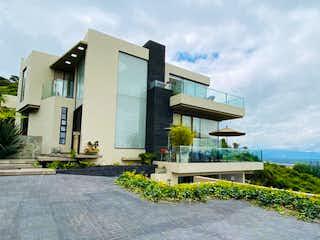 Una casa que tiene un gran ventanal en ella en Casa En Arriendo/venta En Sopó Aposentos