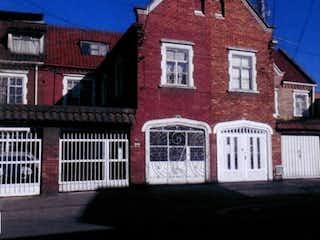 Un edificio de ladrillo rojo con un reloj en él en Venta de Casa de interés Cultural en Palermo, Bogotá