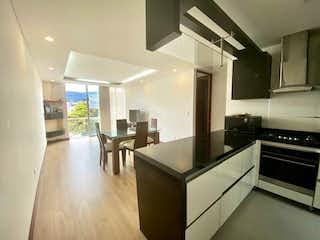 Una cocina que tiene un montón de muebles en ella en Vendo apartamento moderno en Nueva Autopista