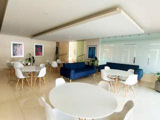 Una sala de estar llena de muebles y una mesa en Zapata