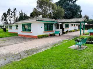 Un autobús estacionado delante de una casa en Lote en venta en Hacienda San Simón de 239m²
