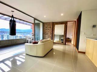 Una gran cocina blanca con un gran ventanal en APARTAMENTO EN VENTA EN LOMA DE BENEDICTINOS