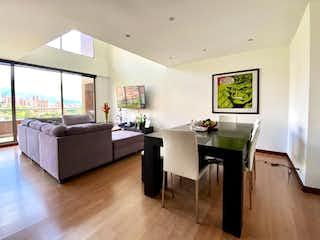 Una sala de estar llena de muebles y una televisión de pantalla plana en Apartamento en venta en El Tesoro con acceso a Jardín