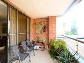 Una sala de estar llena de muebles y una planta en maceta en Apartamento en venta en Los Balsos de 3 alcoba