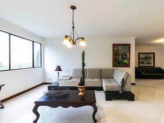 Una sala de estar llena de muebles y una lámpara de araña en Apartamento en venta en El Campestre con Jardín...