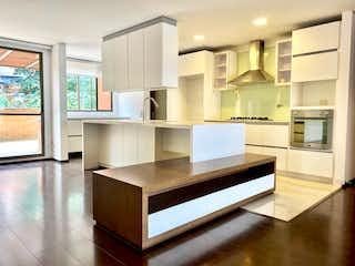 Una cocina con un fregadero y un horno de cocina en Apartamento en venta en Las Lomas de 3 alcoba