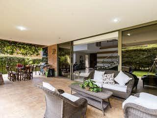 Una sala de estar llena de muebles y una mesa en Casa en venta en El Carmelo con Piscina...