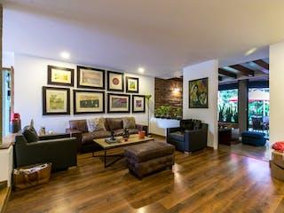 Una sala de estar llena de muebles y una televisión de pantalla plana en Casa en venta en Los Gonzales con Piscina...