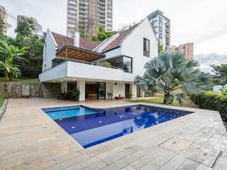 Una vista de una casa con piscina en Casa en venta en Los Balsos de 4 habitaciones