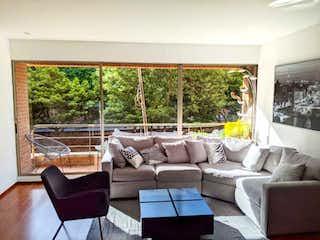 Una sala de estar llena de muebles y una gran ventana en VENTA APARTAESTUDIO ROSALES