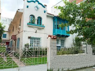 Un edificio con un letrero en la calle en Casa en venta en Barrio Teusaquillo con acceso a BBQ