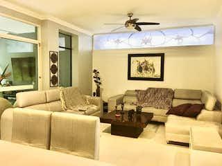 Una sala de estar llena de muebles y una ventana en Casa en Venta LA CONCHA