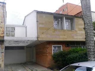 Un edificio de ladrillo con un reloj en el costado en Casa en venta en La Castellana de 220m²