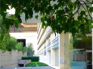 Un cartel de calle en una acera junto a un edificio en Departamento en venta en Bosque De Las Lomas de 3 alcoba