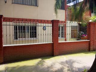 Un edificio de ladrillo rojo con una ventana grande en CASA EN VILLA COAPA,CREDITO INFONAVIT,FOVISSSTE,BANCARIO