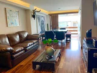 Una sala de estar llena de muebles y una televisión de pantalla plana en EXCELENTE DEPARTAMENTO ILUMINADO, BALCÓN, RIO EBRO
