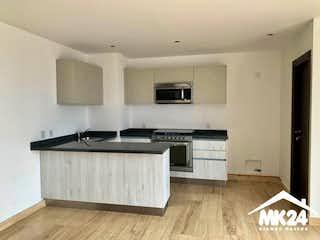 Una cocina con suelos de madera y paredes blancas en ESTRENE DEPARTAMENTO EN VENTA EN INSURGENTES MIXCOAC