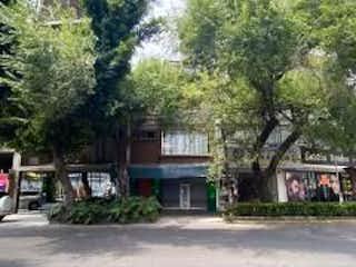 Una calle con un edificio y un árbol en CASA SOLA EN VENTA EN NÁPOLES BENITO JUAREZ
