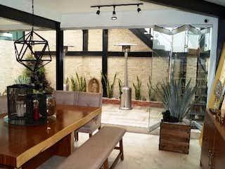 Una sala de estar llena de muebles y una gran ventana en CASA EN VENTA EN COLONIA ROMERO DE TERREROS COYOACAN