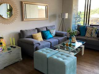 Una sala de estar llena de muebles y una ventana en envigado la frontera hermosa vista y ubicacion