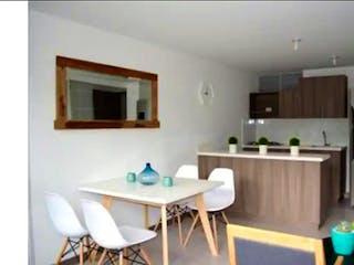 Una cocina con una mesa blanca y sillas en Apartamento en venta en Parque de 3 alcobas