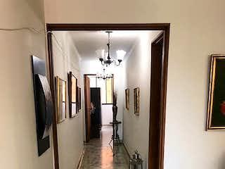 Un cuarto de baño con lavabo y un espejo en Apartamento en venta en El Raizal 170m²