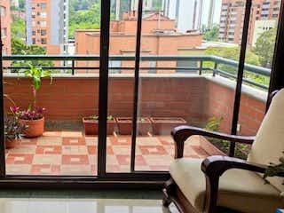 Una sala de estar llena de muebles y una planta en maceta en Apartamento En Venta En Medellin Santa María De Los Angeles