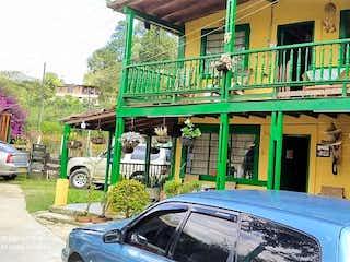 Un coche estacionado delante de una tienda en Casa en venta en Casco Urbano Guarne de 5 hab.