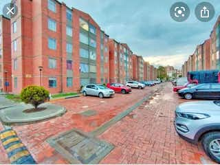 Una calle de la ciudad llena de coches estacionados en Apartamento en venta en Britalia 51m²