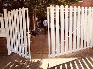 Un hombre de pie junto a una cerca blanca en Casa en venta en Niza Norte con Jardín...