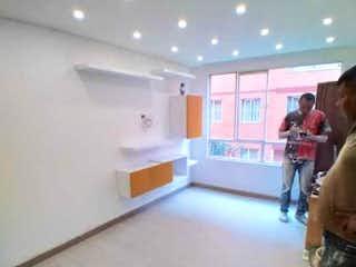Un hombre de pie delante de un refrigerador en Apartamento en venta en Lago Timiza, 56mt