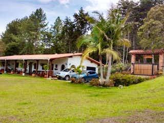 Un grupo de personas de pie fuera de una casa en Venta de Finca en Guarne, Antioquia