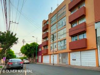 Un coche estacionado delante de un edificio en Departamento de 3 recámaras Col Tacuba, a 10 minutos de Polanco