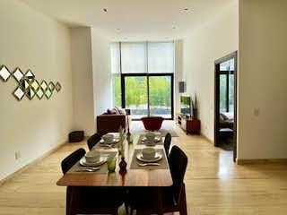 Una sala de estar llena de muebles y una televisión de pantalla plana en GARDEN HOUSE EN VENTA CON GRAN TERRAZA PRIVADA EN INSURGENTES MIXCOAC