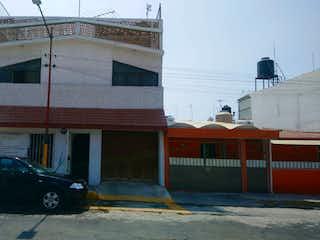 Un coche estacionado delante de un edificio en CASA EN VENTA, BELLAVISTA IZTAPALAPA