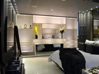 Una habitación de hotel con una cama y una lámpara de araña en Apartamento En Venta En Medellin El Poblado