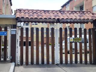 Una fila de bancos de madera delante de la casa en Venta - Apartamento - Comendador / xito 170