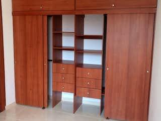 Una puerta de madera con una puerta de madera en ella en Apartamento en venta en Cuidad Berna de 3 habitaciones