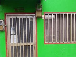 Un edificio verde con una puerta verde en Casa en venta en Casco Urbano Zipaquirá con Gimnasio...