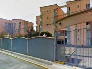 Una calle de la ciudad con un edificio y un edificio en Departamento en venta en Huichapan de 89m²