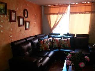 Una sala de estar llena de muebles y flores en Conjunto Ciudad Tintal