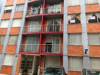 Un edificio de ladrillo rojo con una ventana grande en Apartamento en venta en San Antonio Norte 53m²