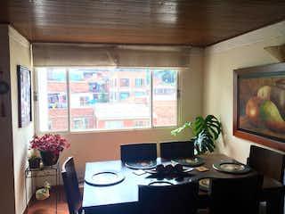 Una sala de estar llena de muebles y una planta en maceta en Apartamento en venta en Bella Suiza, 102m²